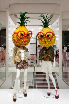 Moschino boutique in Milan, Via della Spiga 30 This is literally what my visual merchandising final looked like, with fruit head mannequins lol. Fashion Window Display, Fashion Displays, Window Display Design, Clothing Displays, Store Window Displays, Summer Window Displays, Boutique Window Displays, Visual Merchandising Displays, Visual Display