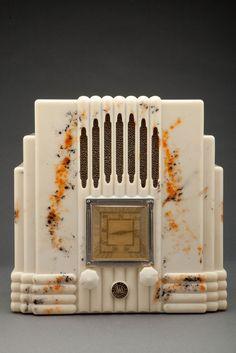 "AWA Fisk Radiolette ""Empire State"" Radio in Beetle Plastic Bakelite"