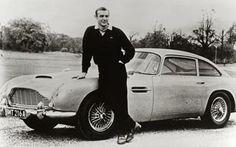 """Aston Martin DB5  Filme: """"007 contra Goldfinger"""" (1964)   Piloto: James Bond (Sean Connery)   A partir do terceiro filme da série os carros de James Bond passam a ter artefatos para combater os inimigos. Este Aston Martin DB5 era equipado com metralhadoras, escudos blindados, serras para cortar pneus, radar, lança-pregos, bombas de gás e telefone."""