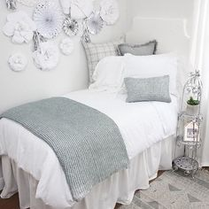Obsessed with this white dorm room