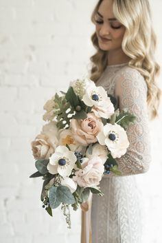 Are you thinking about having your wedding by the beach? Are you wondering the best beach wedding flowers to celebrate your union? Here are some of the best ideas for beach wedding flowers you should consider. Wedding Flower Guide, Beach Wedding Flowers, Wedding Flower Arrangements, Wedding Table Centerpieces, Flower Centerpieces, Floral Wedding, Wedding Bouquets, Wedding Favors, Wedding Decorations