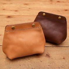 ソフトレザーで作ったシンプルで可愛い形のコロンポーチ。がま口のように大きく口が開くので、小間物も取り出しやすいです。バッグインバッグとしてお使いいただくこともお勧めです。 Leather Gifts, Leather Bags Handmade, Handmade Bags, Leather Craft, Leather Wallet Pattern, Leather Pouch, Leather Purses, Small Leather Bag, Small Leather Goods