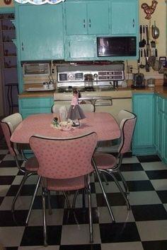 Roze diner set in vintage keuken.