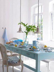 Este comedor a pesar de los colores, sigue una tendencia vintage. La misma se observa a través de sillas señoriales y una mesa clásica que componen el juego de muebles.