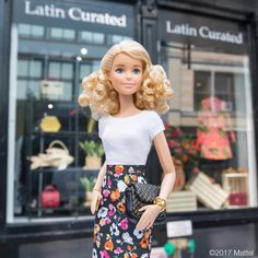 """36.5K 次赞、 61 条评论 - Barbie® (@barbiestyle) 在 Instagram 发布:""""Visiting the @LatinCurated pop-up in Soho, love seeing all of these creative Latin American…"""""""
