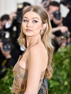 Met Gala 2018 , Red Carpet , Met Gala Red Carpet , Met Gala best dressed , Celebrity Style , style stars , Metropolitan Museum of Art's Costume Institute gala , Metropolitan Museum of Art's Costume Institute gala, Met Gala beauty , celeb beauty , Gigi Hadid , Hadid beauty , Versace gown , soft beach wave hair , gold bobby pin trend , neutral lip , matte lipstick , statement earrings