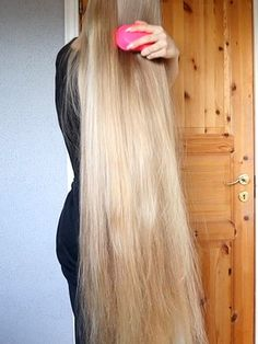 VIDEO - Very long blonde hair morning brushing - RealRapunzels Long Platinum Blonde, Perfect Ponytail, Long Hair Play, Really Long Hair, Long Hair Video, Playing With Hair, Cut My Hair, Silky Hair, Beautiful Long Hair