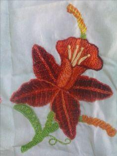 Orquídea roja. Bordado fantasía mexicano.