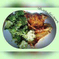 #lunch  mit Brokkoli und >300g FLEISCH  Ob Hähnchen oder Pute... Ich habs vergessen  Da ich den ganzen Tag eh nur vorm Schreibtisch sitze und 2 Trainingstage diese Woche wegfallen brauche ich dann auch keine Carbs in Form von Reis oder Co.  Währenddessen gab's paar Videos von @pumping.sophia.thiel sehr informativ und echt witzig. Immerwieder ein Genuss.  #lowcarb #fitnesslifestyle #instafood #foodpic #foodporn #footgasm #food  #fitgirl #fitfam #fitness #fitnessforlife #fitspo #fitnessaddict…