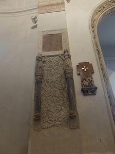 Lápida de estilo plateresco y ornamentación mudéjar entre la Capilla de la Misericordia o del Rosario  y el baptisterio.