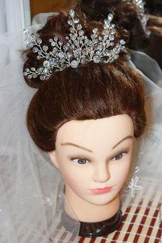 Купить или заказать Веточка-корона 'Хрустальный сон' в интернет-магазине на Ярмарке Мастеров. Веточка-корона в прическу выполнена их чешского хрусталя,бусин циркон и ювелирной проволоки.Крепится в прическу при помощи шпилек.В высокую прическу можно закрепить как корону,красиво смотрится и если закрепить в прическу сзади.