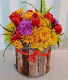 Arreglo Artificial elaborado con tulipanes, claveles, margaritas, hortensias y follaje en una base natural de madera. Base Natural, Artificial, Nature, Flowers, Plants, Floral Arrangements, Carnations, Hydrangeas, Floral Design