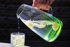 איך את יכולה לחסל את השומן המציק בבטן ובירכיים ולטפח גוף חטוב שכל חברותייך יקנאו בו על ידי 3 שינויים קלים בתפריט שלך המאמר המלא - עכשיו באתר Green Tea Benefits, Influenza, Water Recipes, Lemon Water, How To Squeeze Lemons, Lose Belly Fat, Drinking Water, Healthy Tips, Home Remedies