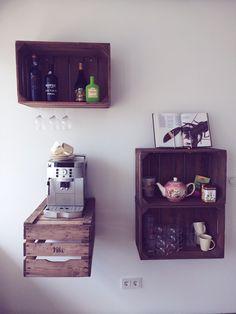 Leuke woontip op MyFlavourites.nl: vintage houten kratjes aan de muur!