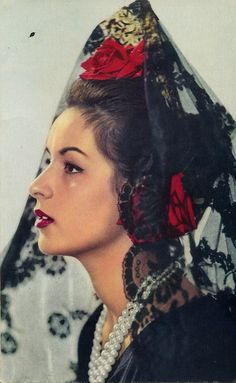 Traditional Black with red roses, mantilla and spanish peineta headpiece. Spanish Woman, Spanish Style, Spanish Gypsy, Headdress, Headpiece, Mode Baroque, Spanish Culture, Photo Vintage, Spanish Fashion