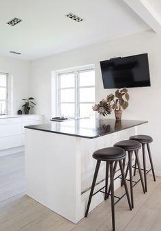 Smalle barstole Black And White Interior, White Interior Design, Kitchen Dining, Dining Room, Villa, Art Deco, Table, House, Inspiration