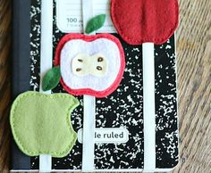 manzanas sujeta libros