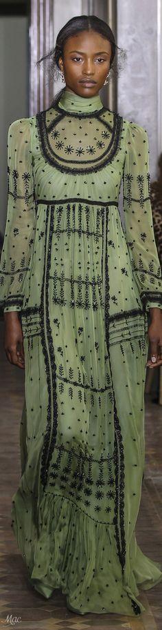 Pre-Fall 2017 Valentino; Inspiração no vestido de corte império.