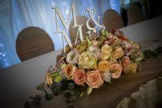 Virágos esküvői asztaldísz és fából készült Mr & Mrs tábla. Tökéletes dekoráció egy vintage stílusú esküvőre.  Megtetszett a virág asztaldísz vagy a fából készült Mr & Mrs tábla? Böngéssz hasonló termékeink között vagy rendelj most saját igényeid szerint: http://eskuvoidekor.com/spl/874888/Feliratok-fabol