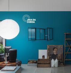 Em todos os cantos, a cor é uma presença forte no estilo do estúdio criado por Mauricio Arruda e a Todos Arquitetura para a Casa Cor 2017. #Coral #CasaCor2017