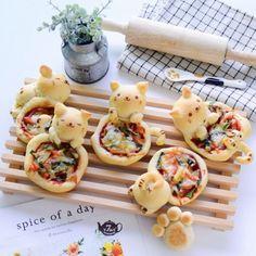 Kawaii Kitty Pizza (Little Miss Bento) 2 Cute Pizza, Bread Shaping, Cute Baking, Good Food, Yummy Food, Cute Desserts, Cafe Food, Snacks, Aesthetic Food