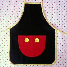 Avental Infantil em Brim Minnie!  - Bolso Vermelho, Rosa Claro ou Pink com Poás, Passa-fita branco e Fita de Cetim   Ideal para Lembranças de Aniversário!