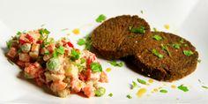 Hamburger di verdure, semi e carrube accompagnati da una deliziosa insalata russa crudista! Siamo sicuri che vi piacerà moltissimo! Buona preparazione ;-)