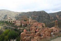 Albarracínes uno de los pueblos más hermosos de España; pertenece a la comunidad autónoma de Aragón, en la provincia de Teruel. Famoso por sus casas construidas en madera y decoradas con yeso color rosado, recordando el sur de Italia. El pueblo se encuentra ubicado entre los meandros del Río Guadalaviar y al norte de las Sierras de Albarracín.