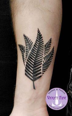 tatuaggio foglia felce maori leaf tattoo - Adam Raia - Violet Fire Tattoo & Piercing - tatuaggio fiori, tatuaggio fiore, flower tattoo, flowers tattoo, fern tattoo, tatuaggio felce, felce maori, maori fern, tatuaggi maranello, tatuaggi modena, tatuaggi sassuolo, tatuaggi fiorano, tatuaggio nichel free, tatuaggio senza nichel, tatuaggio vegano, nickel free tattoo, vegan tattoo, italian tattoo, tatto italy, tattoo maranello, tattoo modena, tatuaggi emilia tattoo, tatuaggi emilia romagna…