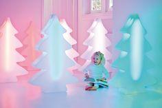 #Fleurami Beleuchteter LED Tannenbaum multicolor dimmbar   Als Designleuchte und Weihnachtsbaum in Einem verbindet der beliebte LUMENIO LED Baum Moderne mit Tradition. Diese formschöne Leuchte sorgt schon bei den Kleinsten für strahlende Augen. Der LED Tannenbaum lässt unterschiedliche Räumlichkeiten in feierlichem Glanz erscheinen: Egal ob ...