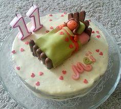 gâteau pour la pyjama party: carott cake et glaçage au fromage, sujet en pâte d'amande et biscuits.