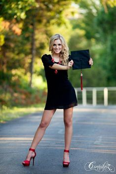 Senior picture girl pose – Outfit Inspiration & Ideas for All Occasions Senior Portraits Girl, Senior Picture Outfits, Girl Senior Pictures, Senior Girls, Graduation Picture Poses, Graduation Photoshoot, Cap And Gown Pictures, Mode Style, Girl Poses