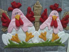 FRETE COM DESCONTO    Enfeite sua cozinha com lindas galinhas!!  Produto todo em tecido 100% algodão, estruturado com manta acrílica e enchimento com fibra siliconada.  Obs: Não acompanha cabide. Acompanha pau de canela Quilt Block Patterns, Applique Patterns, Applique Quilts, Quilt Blocks, Small Projects Ideas, Sewing Crafts, Sewing Projects, Chicken Quilt, Sewing Aprons