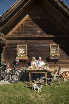 Nach einer Radtour darf eine ausgiebige Rast an der frischen Luft nicht fehlen! #rast #radfahren #jause #almenland #naturparkalmenland Foto (c) B. Bergmann Cabin, House Styles, Home Decor, Biking, Food And Drinks, Summer, Homemade Home Decor, Cabins, Cottage