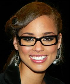 Alicia Keys ◈ Gafas ● Lunettes ● Eyeglasses ◈ by Arros Caldos Glasses For Round Faces, Girls With Glasses, Geek Chic Glasses, Glasses Shop, Celebrities With Glasses, Scarlett Johansson, Alicia Keys, Wearing Glasses, Gorgeous Women