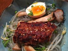 Barriga de porco com macarrão de batata doce