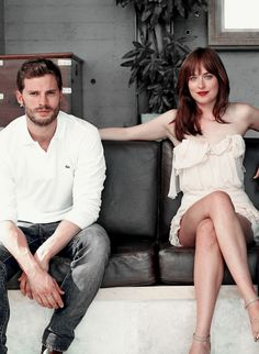 Love the casual way Jamie Dornan and Dakota Johnson are sitting. Love both the looks they have on their face! 50 Shades of Christian and Ana 50 Shades Trilogy, Fifty Shades Series, Fifty Shades Movie, Fifty Shades Darker, Fifty Shades Of Grey, Estilo Dakota Johnson, Dakota Johnson Style, Dakota Johnson Hair, Jamie Dornan