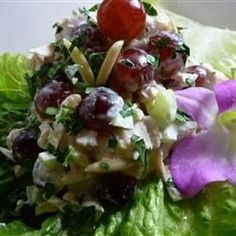 Куриный салат с виноградом и миндалем