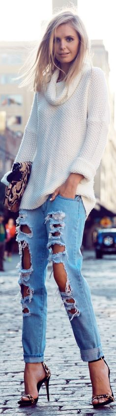 This look is a completely drawn from the with the destroyed jeans and the oversized sweaters. The jeans are drawn from the punk fashion and are the hottest jeans this spring. Street Style Chic, Looks Street Style, Looks Style, Style Me, Beauty And Fashion, Look Fashion, Passion For Fashion, Womens Fashion, Fashion Design