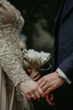 Muslim Couple Photography, Wedding Photography Poses, Cute Muslim Couples, Cute Couples, Wedding Hijab, Wedding Dresses, Hijab Bride, Islam Marriage, Wedding Photoshoot