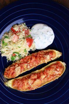 Leichte Kost mit diesen veganen und glutenfreien Zucchini-Schiffchen an Couscous-Salat und Sojajoghurt-Dip