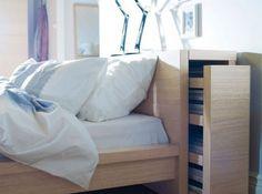 Lit rangements Cette tête de lit dissimule des petits rangements bien pratiques quand on manque de place dans un studio ! (© Ikea)