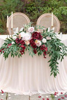 Pink And Burgundy Wedding, Arco Floral, Wedding Table Settings, Round Table Wedding, Rustic Wedding Tables, Wedding Table Arrangements, Red Wedding Receptions, Bride Groom Table, Wedding Ideias