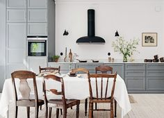 gray and gold kitchen design Bright Apartment, Apartment Design, Mismatched Chairs, Dining Chairs, Dining Table, Wood Chairs, Dining Room, Ideas Hogar, Cuisines Design