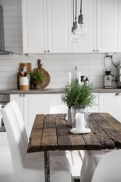 Simple Interior Planning Tips Any Homeowner Can Use Farmhouse Kitchen Tables, Kitchen Lamps, Kitchen Interior, New Kitchen, Kitchen Design, Kitchen Decor, Space Kitchen, Kitchen Wood, Modern Farmhouse