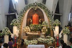 Altar of Repose Altar Flowers, Church Flower Arrangements, Church Flowers, Floral Arrangements, Corpus Christi, Holy Thursday Catholic, Church Altar Decorations, Easter Garden, Biblical Art