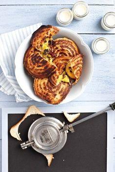 Biltong en cheddarkaas jaffel / Biltong and cheddar jaffel South African Dishes, South African Recipes, Braai Recipes, Cooking Recipes, Kos, Sandwiches, Biltong, Light Recipes, Food Presentation