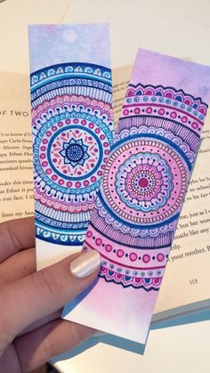 Here are some easy handmade DIY bookmarks with Mandala artwork that promotes inner healing. Mandala Doodle, Mandala Sketch, Mandala Book, Watercolor Mandala, Mandala Art Lesson, Watercolor Bookmarks, Mandala Artwork, Mandala Drawing, Creative Bookmarks