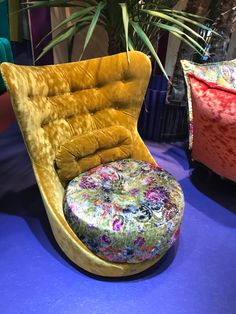 Deep button lounge chair with yellow velvet and bright print fabric seat. My Mm, Lounge Furniture, Cologne, Printing On Fabric, Accent Chairs, Velvet, Bright, Deep, Button