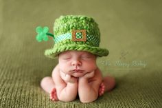 That is cute! St Patrick's Day baby photo with leprechaun crochet hat. Baby Kostüm, Baby Kind, Baby Love, Baby Newborn, Baby Sleep, Baby Pictures, Baby Photos, Cute Pictures, Cute Kids